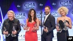 Little Big Town tuvo una noche excepcional en la 49 entrega de los premios CMA en Nashville, Tennessee, el miércoles, 4 de noviembre de 2015.