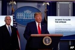 特朗普总统与彭斯副总统3月31日在白宫举行的有关新冠疫情的发布会上。