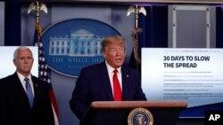 Predsednik Tramp i potpredsednik Majk Pens obaveštavaju naciju o razvoju situacije sa koronavirusom, u Beloj kući 31. marta 2020.