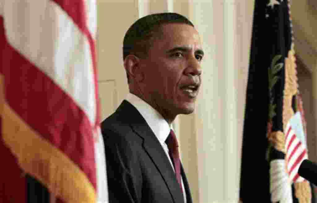 El presidente Barack Obama leyó su declaración a los fotógrafos después de hacer una declaración televisada por la muerte de Osama bin Laden desde la Sala Este de la Casa Blanca.