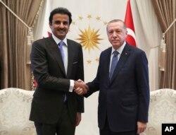 Turkey's President Recep Tayyip Erdogan, right, and Qatar's Emir Sheikh Tamim bin Hamad Al Thani shake hands before their talks in Ankara, Aug. 15, 2018.