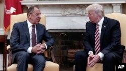 Ngoại trưởng Nga và Tổng thống Mỹ trong cuộc gặp tại Nhà Trắng hôm 10/5.