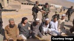 Asirga olingan toliblar (Surat afg'on harbiylari tomonidan olingan)