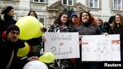 Seçim kampanyası sırasında maaşlarının artması için gösteri yapan genç öğretmenler