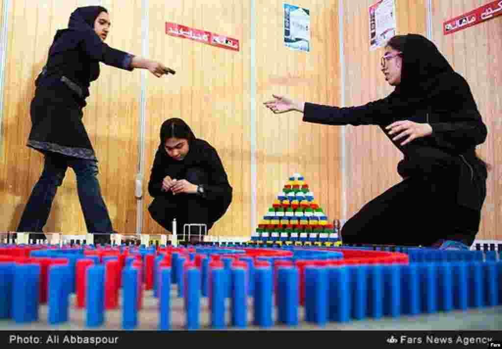 هفتمین دوره مسابقات دانشآموزی دومینو در دانشگاه صنعتی امیرکبیر تهران. عکس: علی عباسپور، فارس