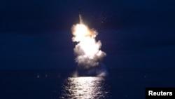북한의 잠수함발사탄도미사일(SLBM) 시험발사 사진을 25일 관영 조선중앙통신이 공개했다.