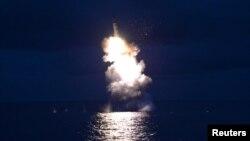 Foto peluncuran misil dari kapal selam milik Korea Utara yang dirilis oleh KCNA (Kantor Berita Korea Utara), 25 Agustus 2016 (Foto: REUTERS/KCNA).