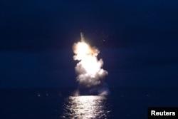 북한이 지난달 잠수함발사탄도미사일(SLBM) 시험발사 사진을 관영 조선중앙통신을 통해 공개했다.