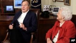 El ex mandatario estadounidense George H. W. Bush junto a su esposa Barbara. El ex presidente fue dado de alta del hospital de Houston donde se encontraba internado desde noviembre.