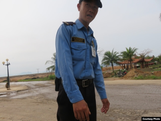 Bảo vệ của Sun Group ngăn cản, đe doạ, không cho chúng tôi chụp hình. Ảnh: Lê Anh Hùng.