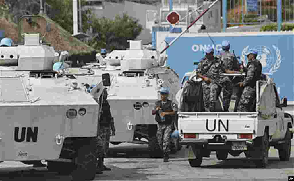 Des Casques bleus devant le bureau de l'ONU à Abidjan.