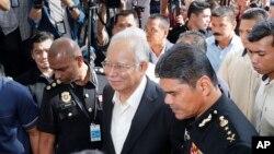 Cựu Thủ tướng Malaysia Najib Razak, giữa, tới trụ sở Ủy ban Chống tham nhũng Malaysia (MACC) ở Putrajaya hôm 24/5. Ông Najib bị bắt hôm 3/7 với các buộc tham nhũng và nhận hối lộ.