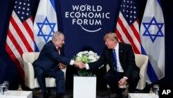 도널드 트럼프 미국 대통령(오른쪽)과 벤자민 네타냐후 이스라엘 총리가 25일 세계경제포럼이 열린 스위스 다보스에서 정상회담을 가졌다.