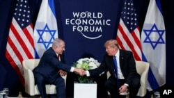 Shugaba Donald Trump yana shan hannu da Firai Ministan Isra'ila Benjamin Netanyahu