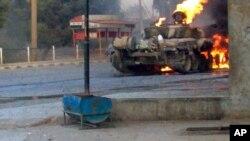 Tank militer Suriah terbakar dalam bentrokan di luar Damaskus. (Foto: Dok)