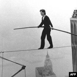 Filip Peti je 1974. godine hodao po žici razapetoj između dve kule