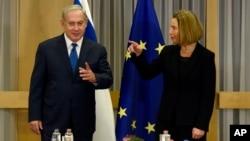 PM Israel Benjamin Netanyahu (kiri) dan Kepala kebijakan luar negeri Uni Eropa, Federica Mogherini di Brussels, Belgia, Senin (11/12).