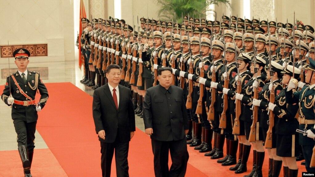 中國國家主席習近平在北京人民大會堂的歡迎儀式上同朝鮮國務委員會委員長金正恩檢閱禮兵。 (朝鮮官媒朝中社2018年3月28日對路透社發布的照片)。