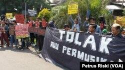 Para pemusik di Surabaya melakukan aksi di depan DPRD Provinsi Jawa Timur menolak RUU Permusikan (foto: Petrus Riski-VOA)