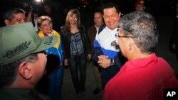 El presidente Chávez en Caracas previo a su partida a Cuba, junto al vicepresidente Jaua y el ministro de Defensa, Rangel.