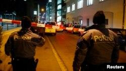 Cảnh sát đứng bên ngoài một trung tâm Hồi giáo ở Zurich, Thụy Sĩ, ngày 19/12/2016.