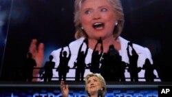 Clinton negó que el magnate esté calificado para ser comandante en jefe del país.