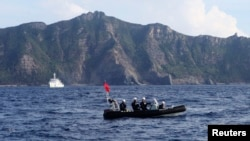 Tàu của cảnh sát biển Nhật Bản phía trước dãy đảo đang trong vòng tranh chấp với Trung Quốc.