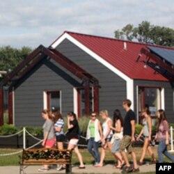 Studenti sa Univerziteta savezne države Pensilvanije obilaze solarne kuće
