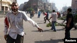 被罷免的前埃及總統穆爾西的穆斯林兄弟會的支持者在街頭高叫抗議口號。