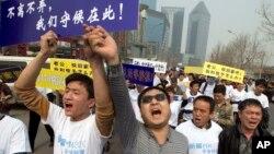 Thân nhân của các hành khách Trung Quốc trên máy bay Malaysia bị mất tích la hét phản đối trong cuộc tuần hành về phía Đại sứ quán Malaysia ở Bắc Kinh, ngày 25/3/2014.