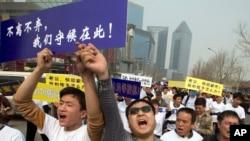 Kineski rodjaci putnika nestalog aviona Malezija Erlajnsa u protestnom maršu ka ambasadi Malezije u Pekingu, 25. marta 2014.