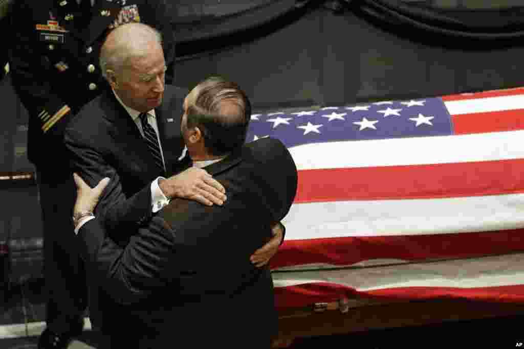 Wakil Presiden Joe Biden memeluk seseorang pelayat di samping peti mati Beau Biden, di Legislative Hall di Dover, Delaware, 4 Juni 2015.