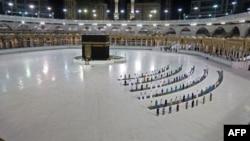 Para jemaah melakukan salat Subuh berjamaah dengan tetap menjaga jarak aman di Masjidil Haram, Mekkah (foto: dok).