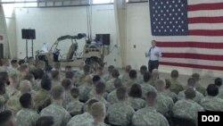 美國國防部長阿什頓.卡特7月10日星期五到布拉格堡美國陸軍基地訪問。(美國國防部網頁)