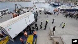 4일 이탈리아 람페두사섬에서 전날 구조된 아프리카 난민들이 시칠리아로 향하는 배에 오르고 있다.