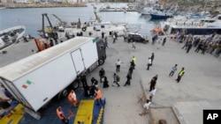 Preživeli migranti se ukrcavaju na brod za Siciliju posle udesa u blizini italijanskog ostrva Lampeduza, 4. oktobar 2013.