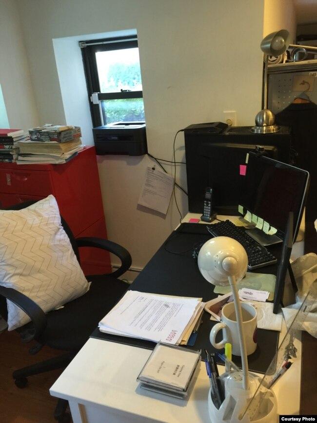 吴弘达办公桌(美国之音海涛拍摄)