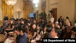 """Para peserta program """"Young Southeast Asian Leaders Initiative"""" atau Program Pemimpin Muda Asia Tenggara sebelum bertemu Presiden Obama di Gedung Putih, Senin (1/6)."""