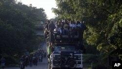 Migrantes centroamericanos que viajan en una caravana a Estados Unidos se dirigen a Mapastepec, México, el miércoles 24 de octubre de 2018.