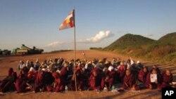 Para pendeta Burma bersama para pengunjuk rasa melajutkan aksi protes mereka di depan tambang tembaga Tiongkokk di Monywa, Burma hingga hari ini, Rabu 28/11 (VOA/Burmese Service).