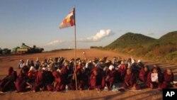 Các nhà sư Miến Điện và người biểu tình tại các mỏ đồng Letpadaung, gần Mandalay