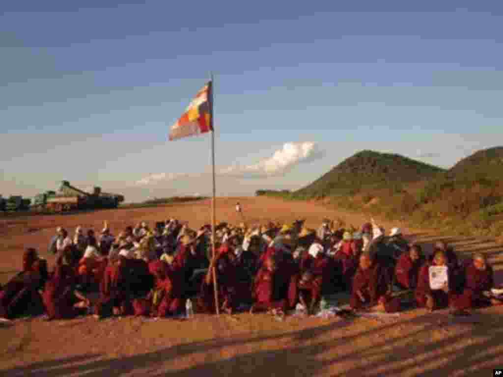 Monks and protesters at a Chinese-backed copper mine, Monywa, Burma, November 22, 2012. (VOA Burmese Service)