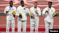 Золотые призеры в эстафете 4х400 м среди мужчин (слева направо) Рай Бенджамин, Брайс Дэдмон, Майкл Норман и Майкл Черри