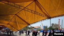 치안 요원들이 4일 프놈펜에서 시위대의 천막을 철거하고 있다.