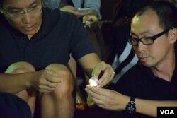 資深高中通識科教師張銳輝(右)參與燭光集會。(美國之音湯惠芸攝)