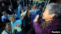 Wang So-goon, warga Korea Selatan (kanan) menangis saat berpisah dengan adiknya dalam reuni keluarga di Tempat Wisata Gunung Kumgang, Korea Utara, 5 November 2010 (Foto: dok). Korea Utara dan Korea Selatan sepakat untuk mengadakan pembicaraan untuk membahas reuni kerluarga yang terpisah akibat Perang Korea, Jumat (23/8).