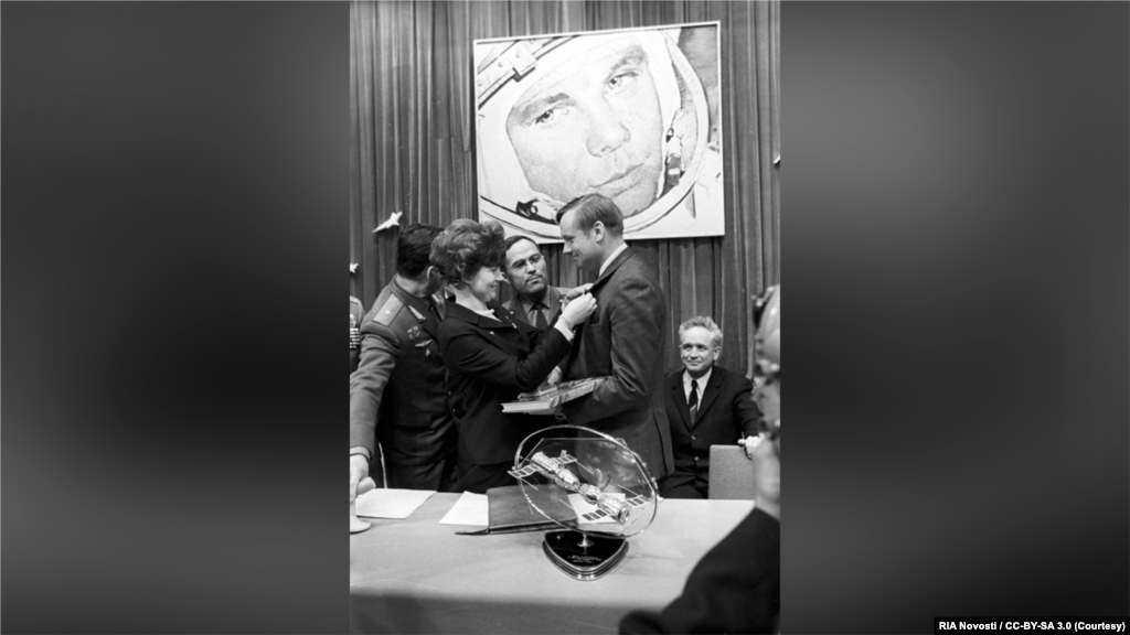 Спустя год после исторического полета, в мае 1970 года, Армстронг приехал с визитом в Советский Союз. Несмотря на то, что именно после высадки Армстронга США решительно вырвались вперед в космической гонке, оставив СССР позади, в Советском Союзе его встречали как героя. В Ленинграде он выступил с докладом на конференции Комитета по космическим исследованиям, где его выступление было встречено бурными овациями. В Ленинграде он посетил Пискаревское мемориальное кладбище, Эрмитаж, крейсер «Аврора», Центральный военно-морской музей и комплекс Петергоф. На фото – первая женщина в космосе Валентина Терешкова вручает Армстронгу значок в память о посещении Центра подготовки космонавтов имени Юрия Гагарина в Звездном городке.