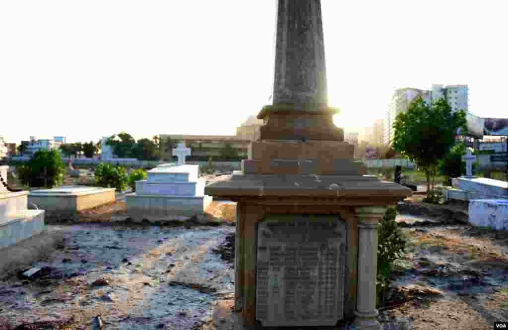 ایک اور اجتماعی قبر جس پر مردوں کے نام اور تاریخیں درج ہیں ۔ اسی کے برابر میں سنگ مر مر سے بنی ایک نئی قبر بھی دکھائی دے رہی ہے