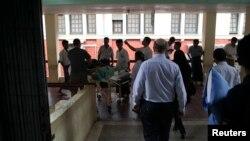Perawat di rumah sakit umum Rangoon membawa seorang korban yang terluka akibat ledakan bom di Hotel Traders, Burma, 15/10/ 2013.