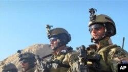 এক আফগান সেনা দুজন ফরাসী সেনাকে হত্যা করেছে